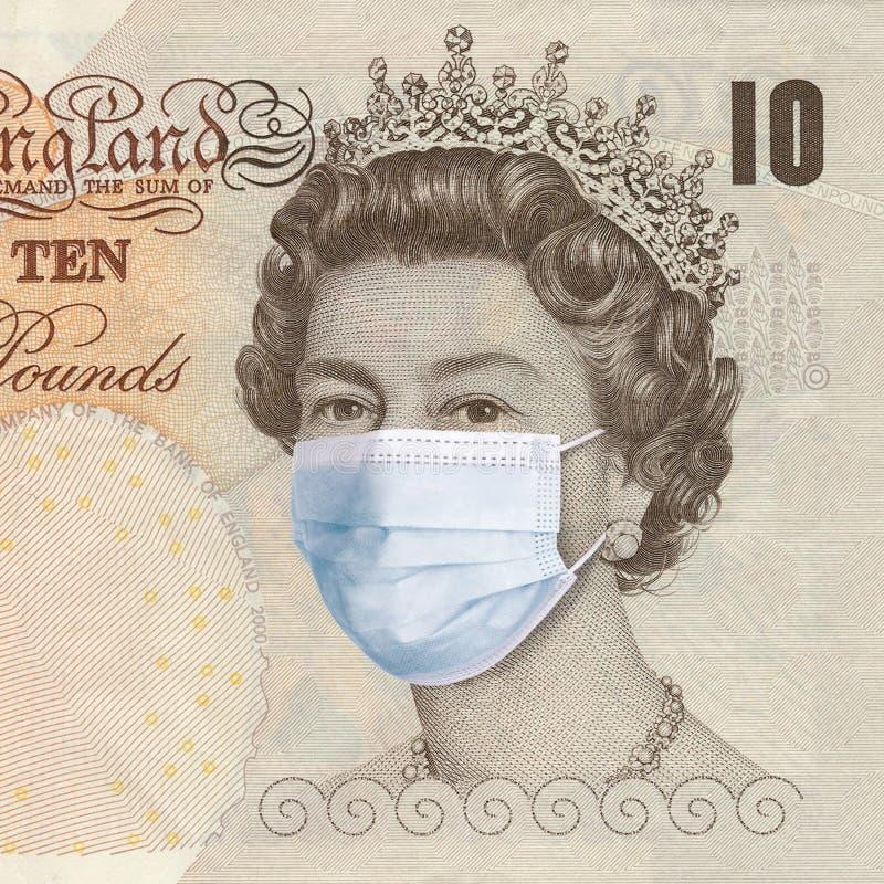 戴医用面具的英国女王 流行性冠状病毒概念 经济崩溃与全球金融危机 英国 库存照片