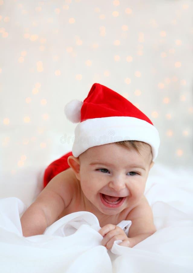 戴圣诞老人帽子的圣诞节婴孩 免版税库存图片