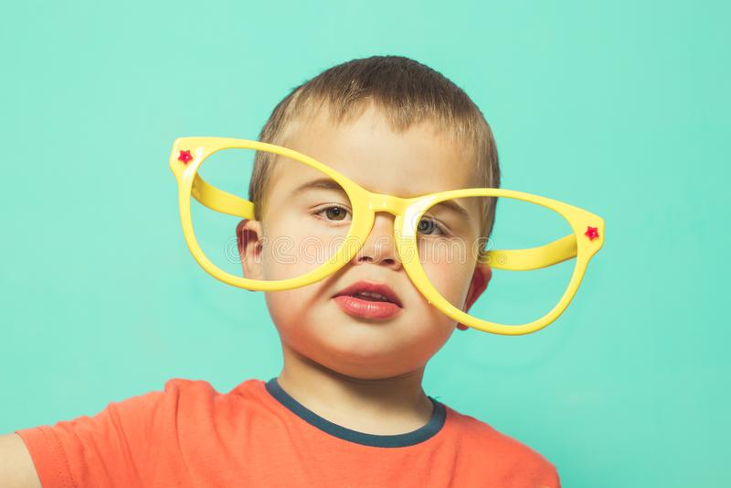 戴大眼镜的孩子 免版税图库摄影