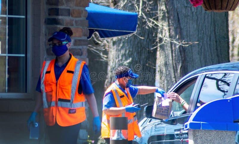 戴手套和口罩的快餐店工人 图库摄影