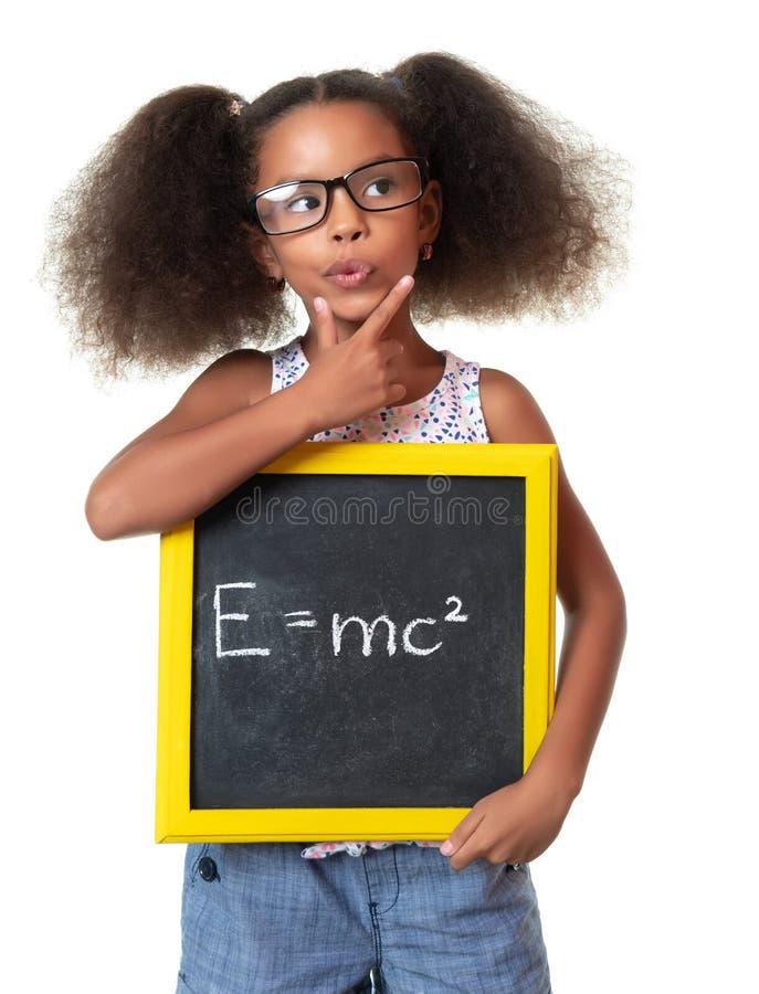 戴拿着与一个著名物理惯例的眼镜的逗人喜爱的非裔美国人的女孩一个标志 库存图片