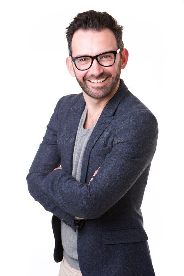 戴摆在反对白色背景的眼镜的英俊的中年人 免版税库存照片