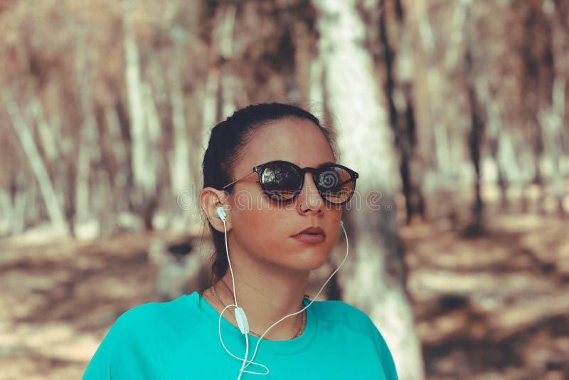 戴时兴的太阳镜的少女 免版税库存照片