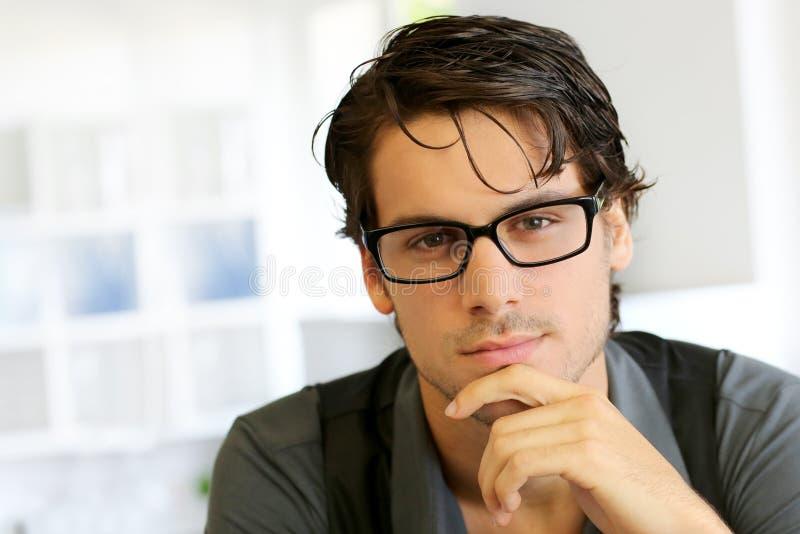 戴时髦眼镜的人 免版税库存照片