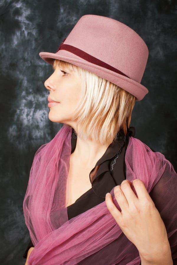 戴桃红色帽子的妇女纵向 免版税库存图片
