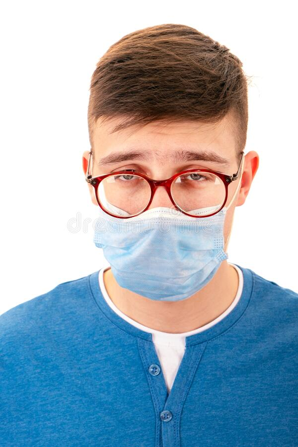 戴流感口罩的年轻人 库存照片