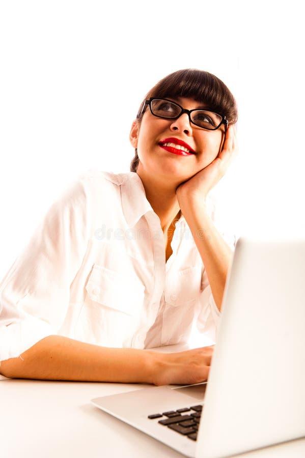 戴眼镜的妇女,冥想与膝上型计算机。 免版税图库摄影