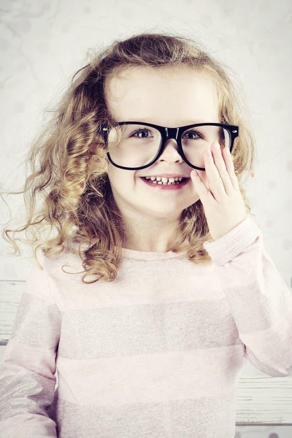 戴眼镜的微笑的小女孩 免版税图库摄影