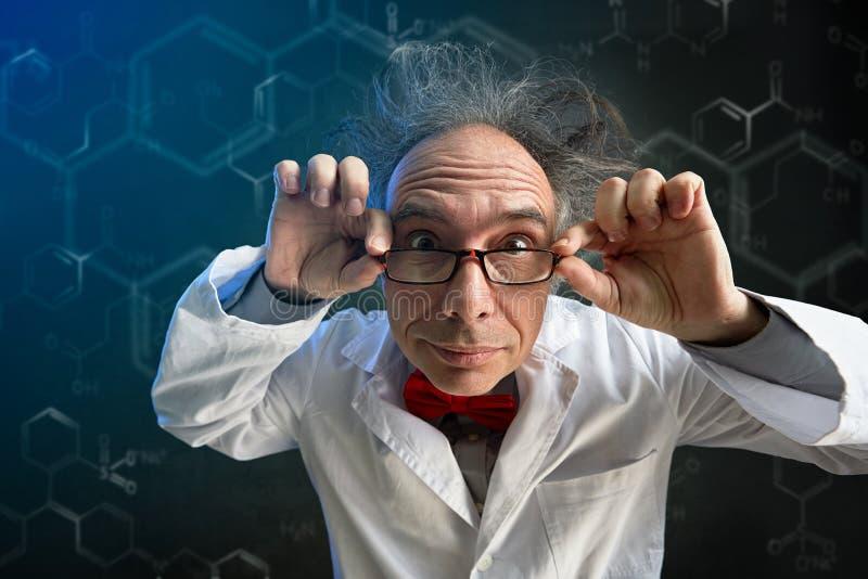 戴眼镜的疯狂的科学家 免版税图库摄影