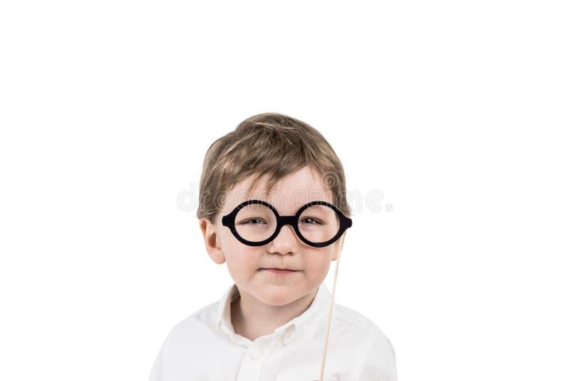 戴眼镜的逗人喜爱的小男孩,被隔绝 免版税库存照片