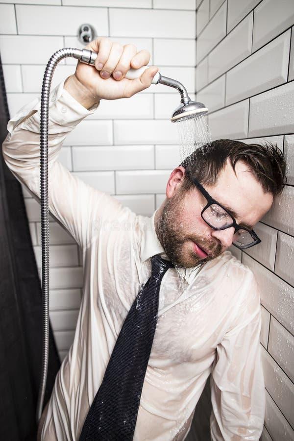 戴眼镜,衬衣和领带的一个疲乏的有胡子的人,结束了他 免版税图库摄影