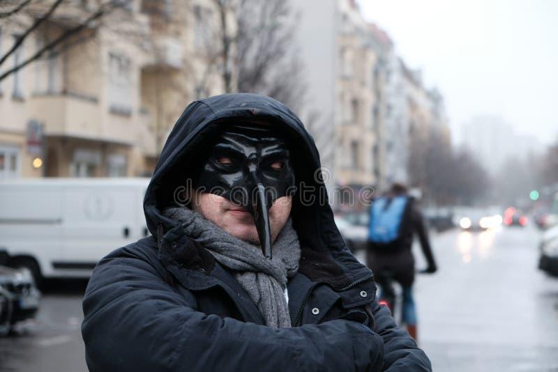 戴着一个黑面具的人 免版税库存照片