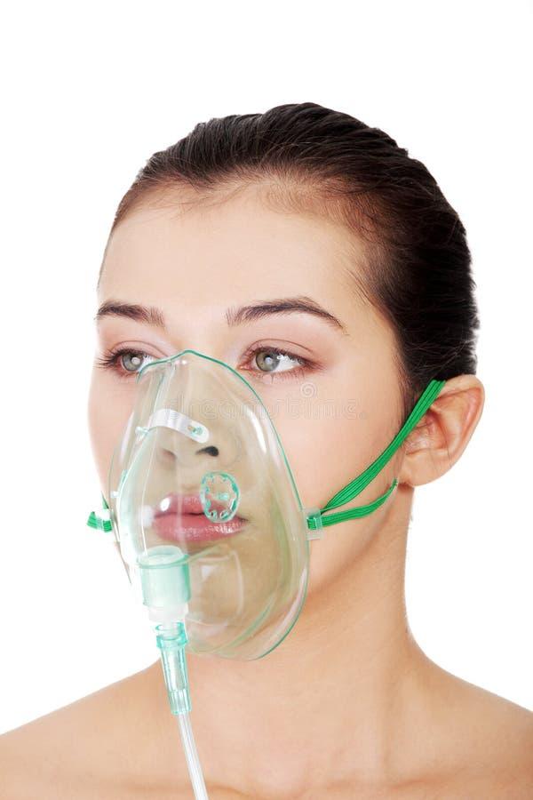 戴着氧气面罩的害病的女性患者 免版税库存图片
