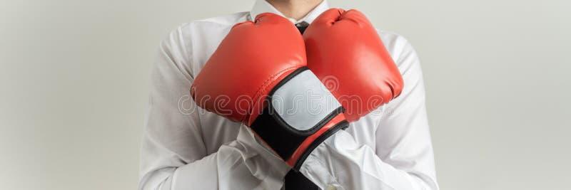 戴着红色拳击手套的商人 库存图片