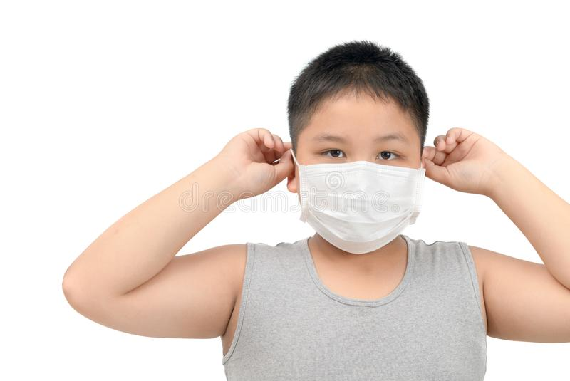 戴着防毒面具的男孩保护污染和流感 库存照片