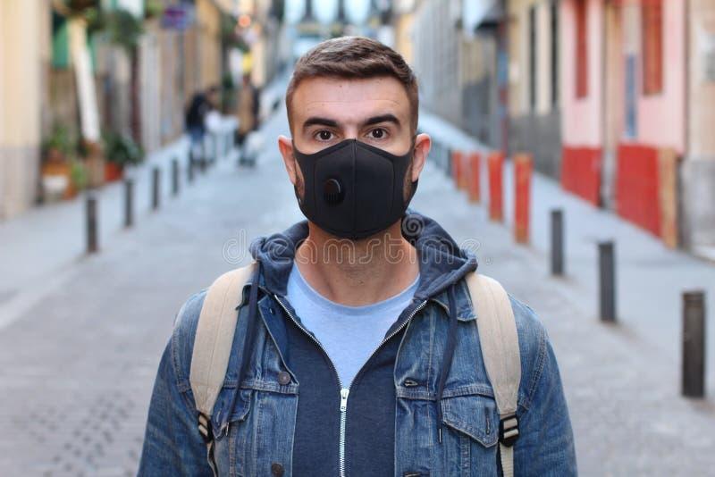 戴着面具的学生由于高污染 免版税图库摄影