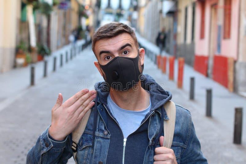 戴着面具的学生由于高污染 免版税库存照片
