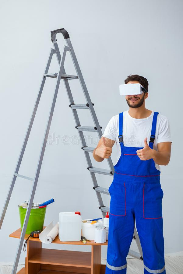 戴胶合墙纸的vr眼镜的人 免版税库存照片