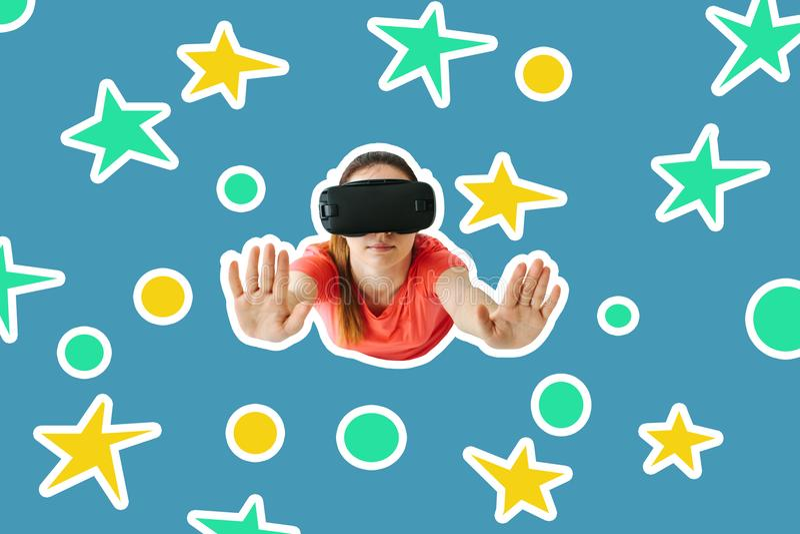戴虚拟现实眼镜的一个女孩在星中飞行 创造性的想法 未来技术概念 现代想象 库存照片