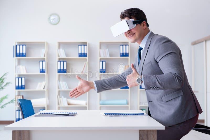 戴虚拟现实眼镜的商人在办公室 免版税库存照片