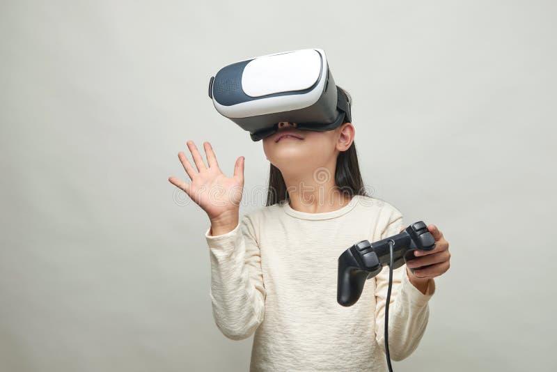 戴虚拟现实眼镜的微笑的女孩  免版税库存照片