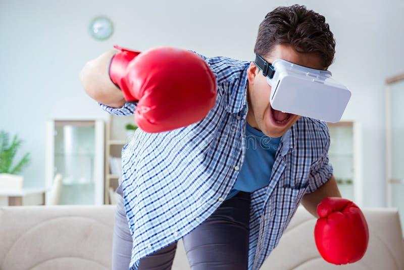 戴虚拟现实vr眼镜的人打拳击比赛 免版税库存照片