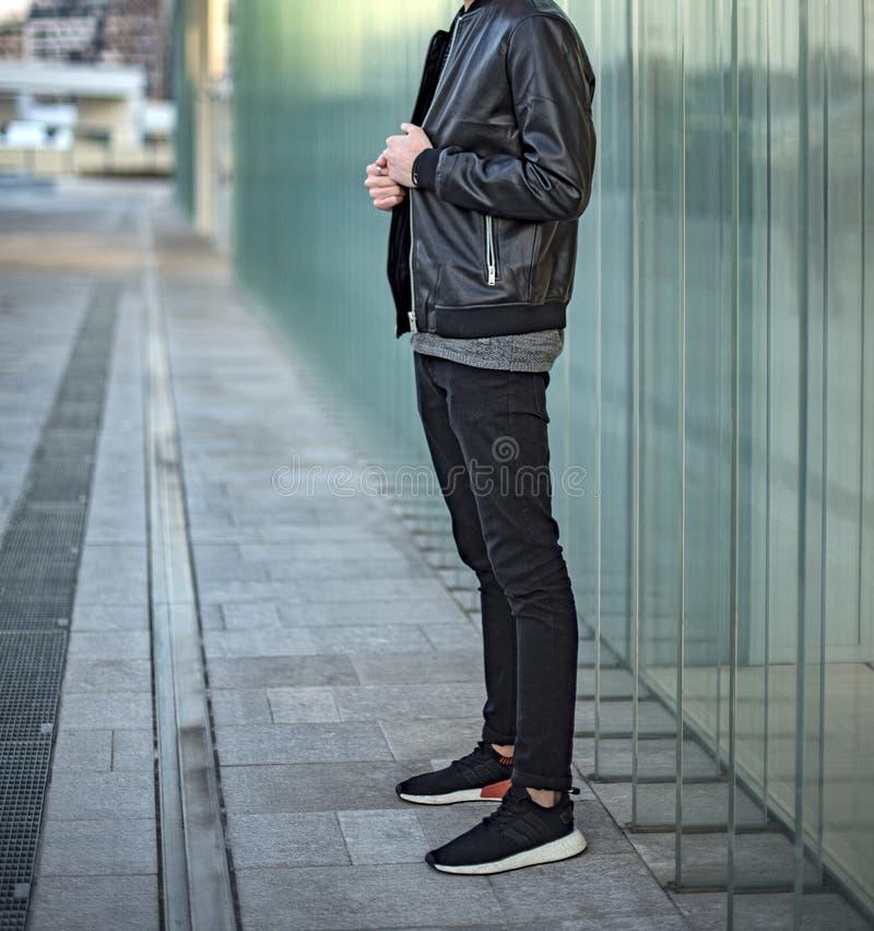 戴阿迪达斯NMD 2鞋的年轻人 免版税图库摄影