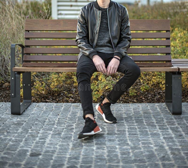戴阿迪达斯NMD 2鞋的年轻人 免版税库存图片