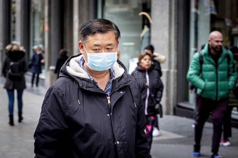 戴面罩防止冠状病毒在马德里传播 库存图片