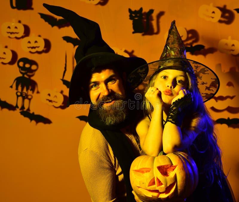 戴黑帽会议的小巫婆 有逗人喜爱的面孔的女孩 免版税图库摄影