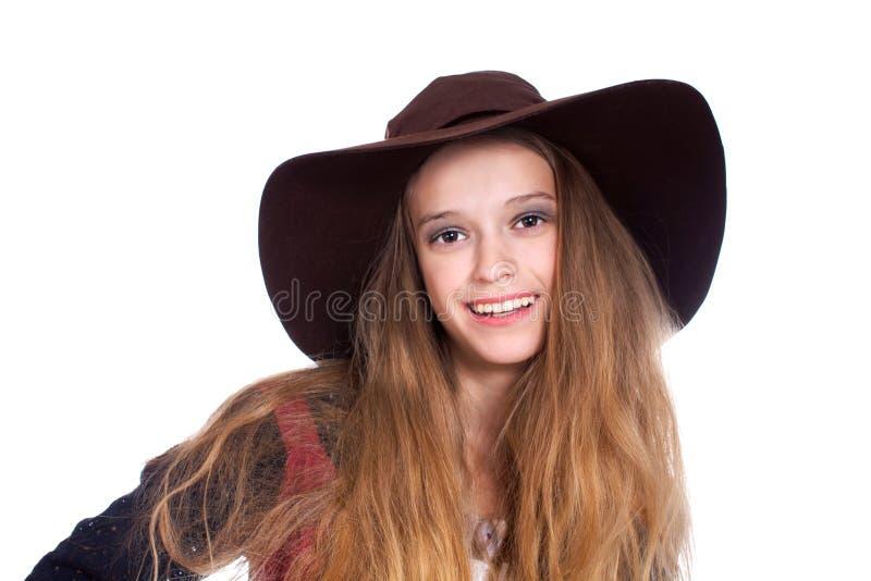 戴黑暗的brimmy帽子的青少年的女孩 免版税图库摄影