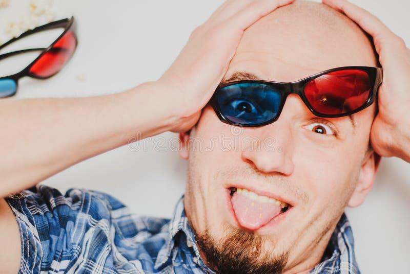 戴3d在白色背景的一滑稽的年轻人的画象眼镜 免版税库存照片