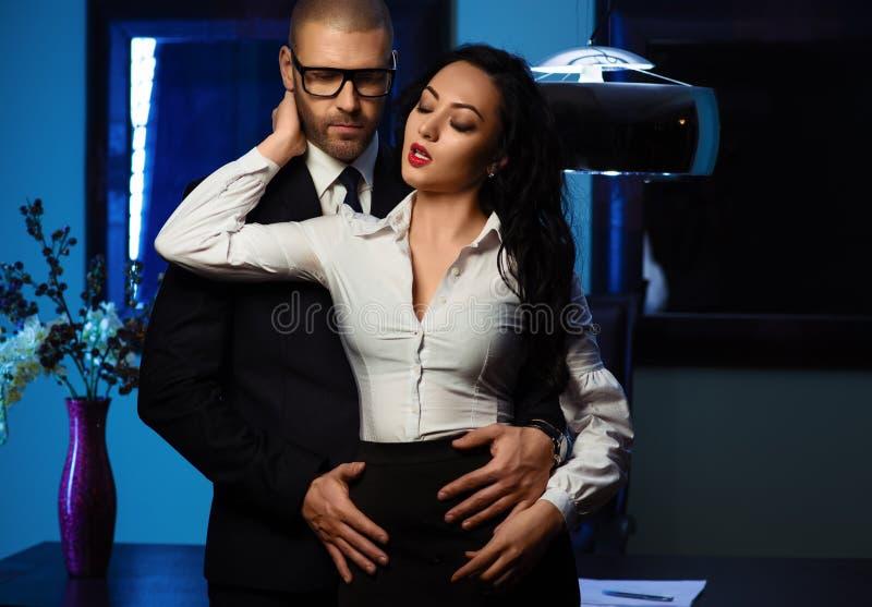 户内夫妇 办公室浪漫史概念 库存照片