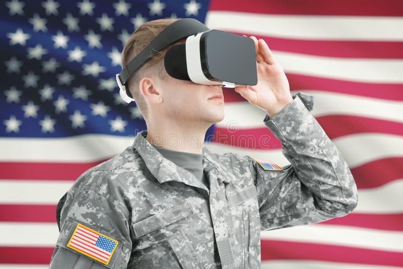 户内射击了戴与美国国旗的美国战士VR眼镜在背景 免版税库存照片