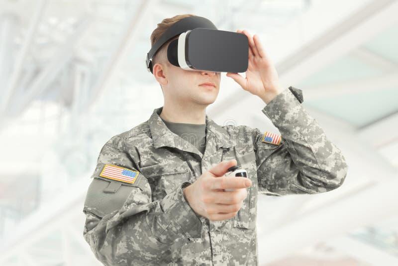 户内射击了戴VR眼镜的美国战士 免版税库存照片