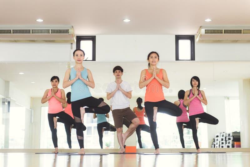 户内少妇瑜伽保留安静并且思考,当实践瑜伽探索内在和平时 库存照片