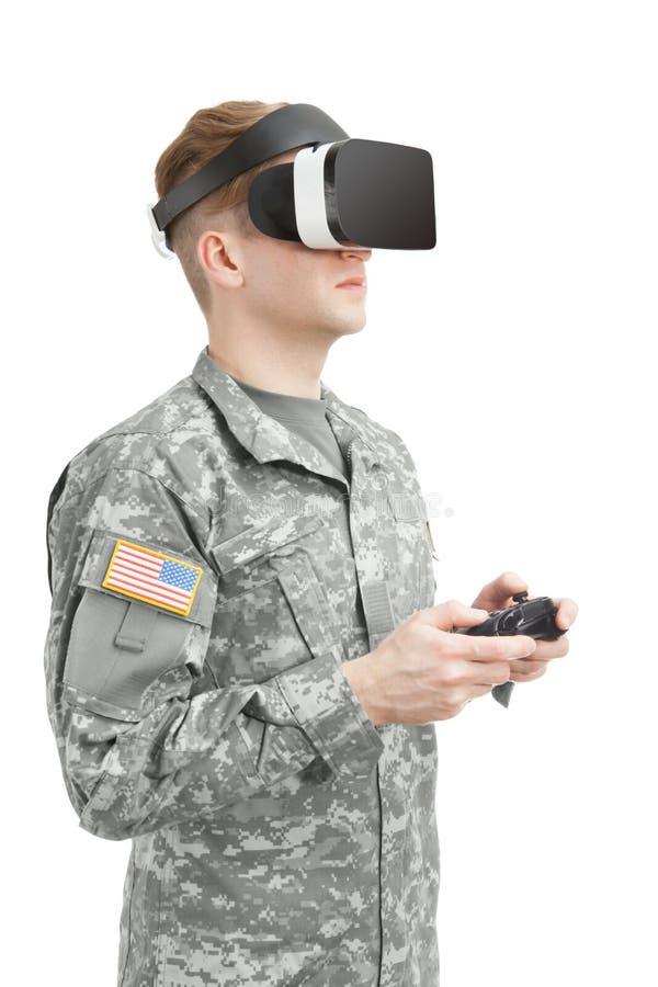 户内戴VR眼镜的射击了美军士兵 免版税库存照片