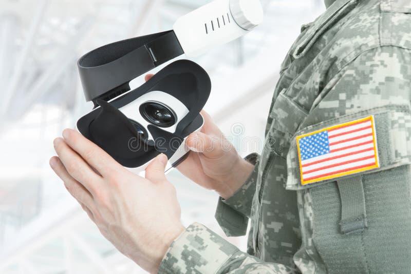 户内拿着VR玻璃的射击了美军士兵 免版税图库摄影