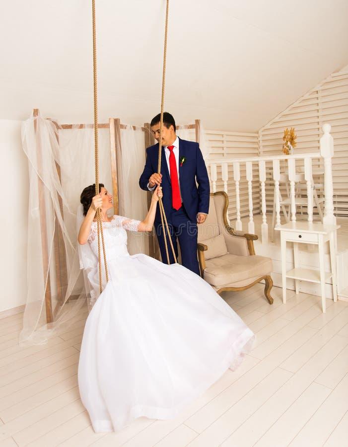 户内白种人新娘和亚裔新郎画象  免版税图库摄影