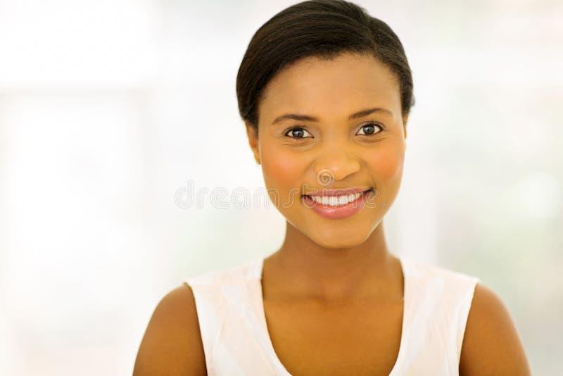 户内非裔美国人的妇女 免版税库存照片