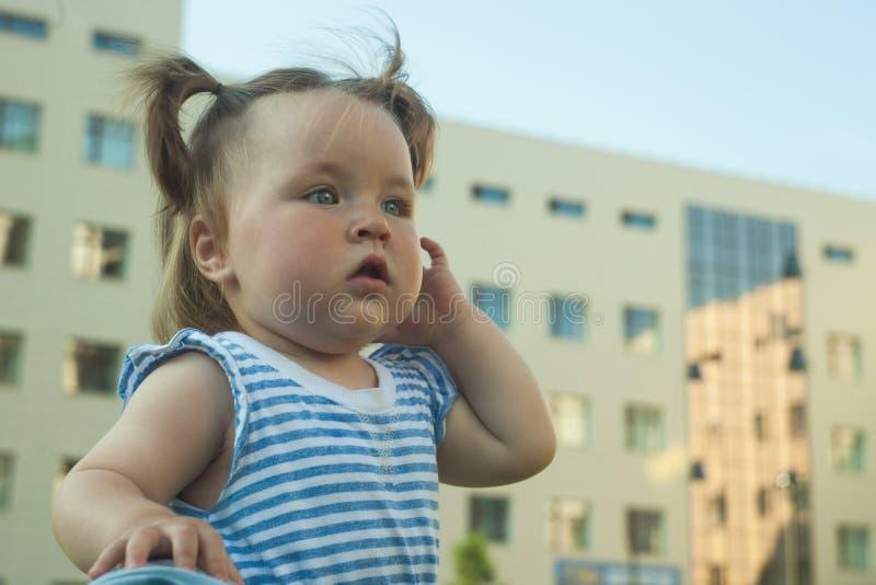 户外一个小创伤女孩的画象在夏日 免版税库存图片