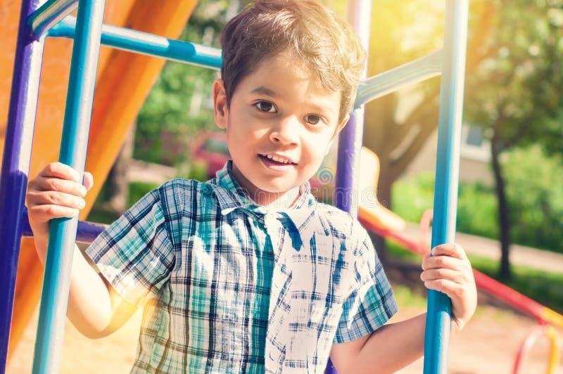 户外一个小印地安男孩的画象 免版税库存照片