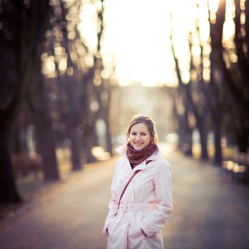 户外一个少妇的季节性画象在公园 免版税图库摄影
