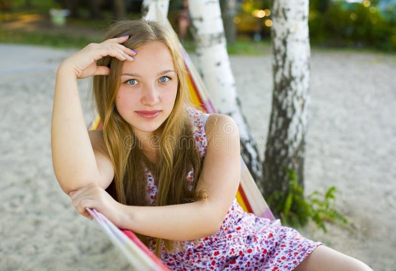 户外一个美丽的女孩的画象 免版税图库摄影