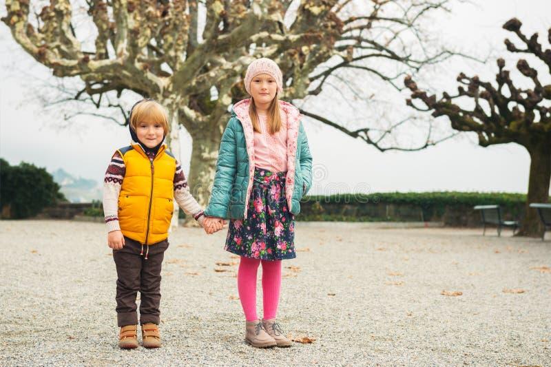户外一个逗人喜爱的小女孩和男孩的画象 库存照片