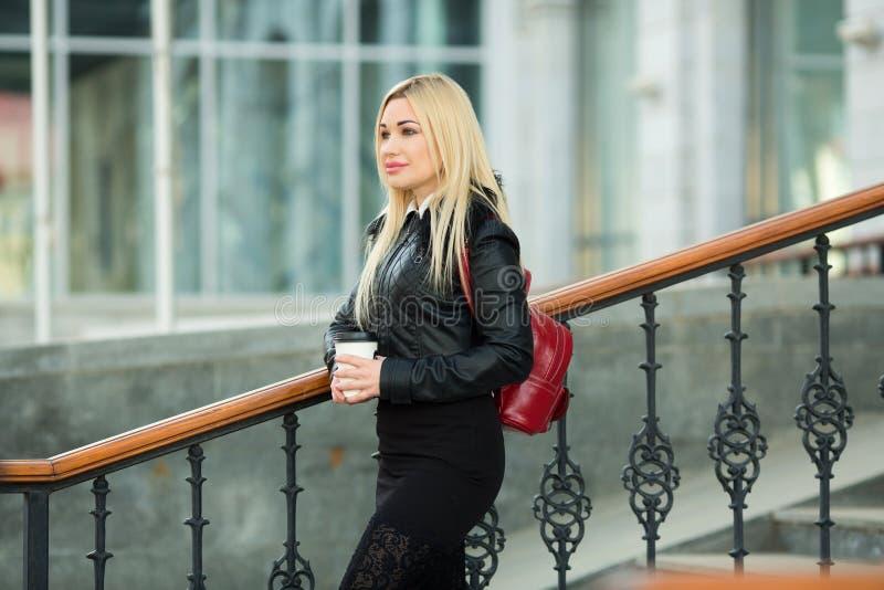 户外一件黑夹克的美丽的女孩 免版税图库摄影