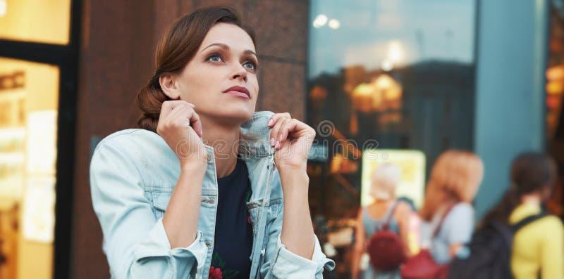 户外一名美丽的妇女的portret 免版税库存图片