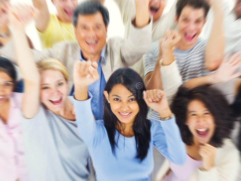 户外不同的五颜六色的人信心合作组织VA 库存图片