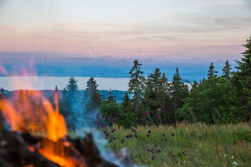 户外与石壁炉边的火与阿尔卑斯和勃朗峰Mountai 免版税库存照片