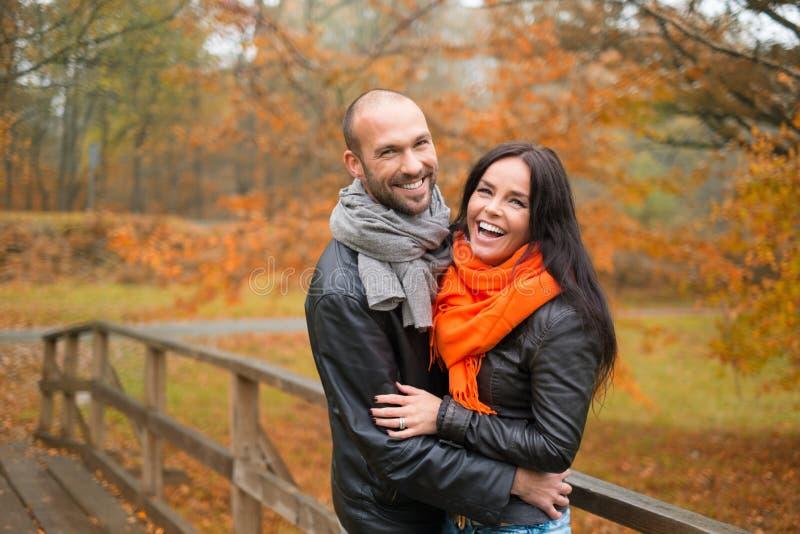 户外中年夫妇在秋天天 库存照片